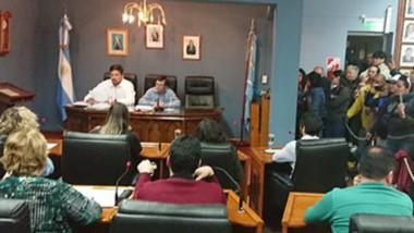 Sesión. Una postal del encuentro en el recinto capitalino, de nuevo con la presencia de los empleados municipales, que reclamaron certezas.