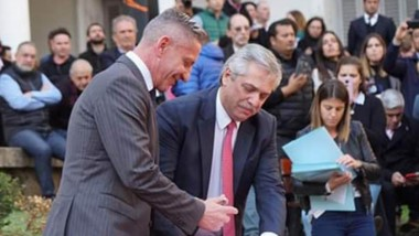 El gobernador Arcioni firma el acta de 5 puntos en favor de Chubut.