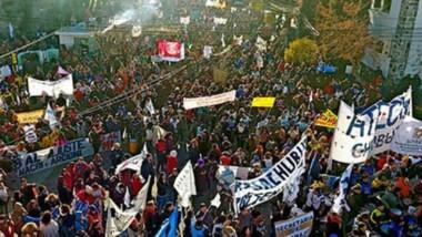 Gremios en acción. Los sindicatos y una importante manifestación que partió desde Economía, pasó por Casa de Gobierno y terminó en la Legislatura con los diputados provinciales.