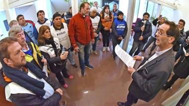 Los gremios en el Superior Tribunal de Justicia entregaron la solicitud al juez Alejandro Panizzi.