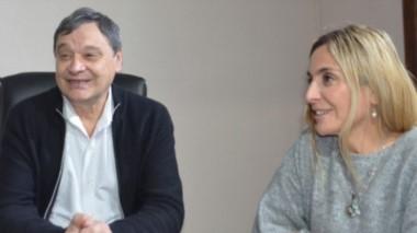 Sonrisas. El intendente Ibarra y la jefa del área de la Mujer, Garach, confirmaron la llegada de la capacitación hasta la localidad.