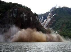 El terremoto de Aysen de 2007 en Chile, provocó un deslizamiento de tierra en sus lagos causando un gigantesco tsunami víctimas fatales.