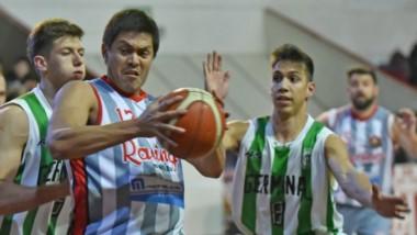 González, con el balón en mano, resiste la defensa germinalista. Convirtió 7 puntos en el triunfo de Racing.