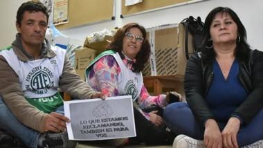 Un grupo de los trabajadores que está en la toma del Ministerio decidió comenzar la huelga de hambre.