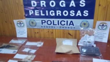 La Policía del Chubut exhibió ante la prensa parte de la prueba recolectada durante los procedimientos.
