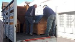 Se trata de un grupo de internos de la Unidad Penal 4 de Villa Floresta que fabricaron las cuchas de madera con pallets donados por la empresa Dow Argentina.
