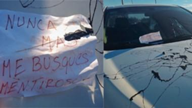 Daño. El automóvil fue pintado en todo su frente y dejaron un mensaje.
