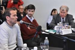 Expectativa. Diego Correa junto con su amiga Daniela Souza en una postal del juicio oral y público.