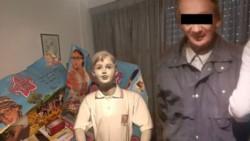 """El pedófilo junto a un maniquí de niño vestido con uniforme escolar, cartelería, revistas y publicidad del programa infantil """"Patito feo""""."""