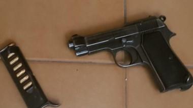 Una pistola calibre 380 y sus municiones fueron incautadas ayer.