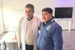 El cura párroco Gustavo Rubio visitó a Diego y bendijo al plantel de Gimnasia.