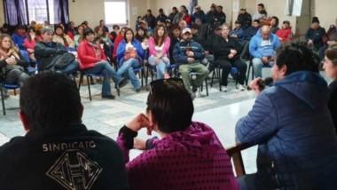 Debate. La cúpula del SOEME debatió con sus afiliados el rechazo de la primera oferta municipal en Esquel.