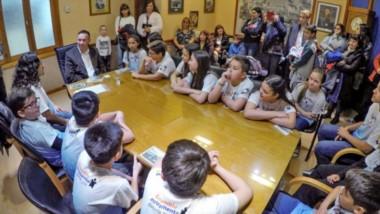 Arte. El Intendente en su despacho junto al ensamble musical ganador del Eisteddfod de la Juventud.