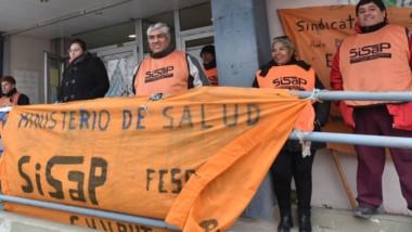 Banderas. Los trabajadores del gremio del Sisap manifestándose ayer frente al Ministerio de Salud.