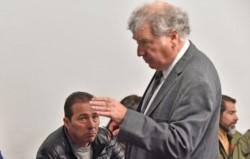 Mirada. Correa observa a su defensor en una de las postales que dejó la audiencia del jueves en Rawson.