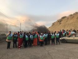 Auxiliares cortan la salida de la playa de tanques de YPF (foto @ornellavezzoso)