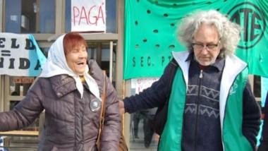 Risa. La referente de Madres de Plaza de Mayo durante un tramo de su actividad en Madryn con gremialistas.