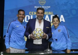 Angelici junto a los capitanes, Carlos Tevez y Florencia Quiñones, tras la presentación de la 8va Cena Anual Solidaria de la Fundación Boca Social.