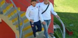 Tras la conferencia en la que confirmó que no contará por dos partidos con Pablo Pérez, se puedo ver a Beccacece abrazado con el volante.