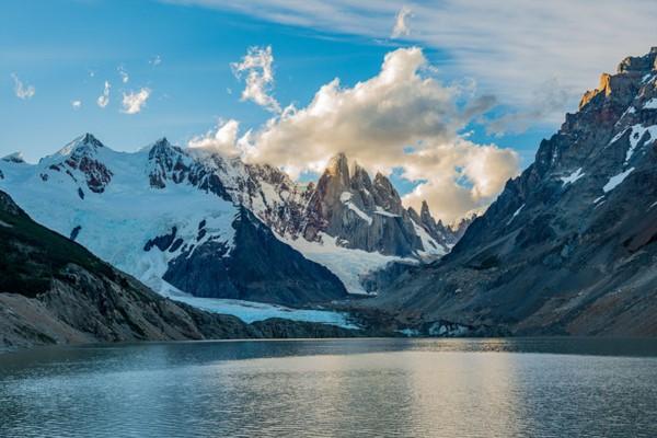 El derrumbe de parte del cerro Solo sobre la laguna Torre provocaría una ola gigantesca que desbordaría los ríos.