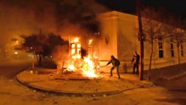 Fuego. La esquina de Casa de Gobierno en el clímax de los incidentes de la madrugada del miércoles.