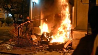 Ramas. Un grupo de 100 manifestantes se dirigió hasta Casa de Gobierno y destruyó la Puerta 2, que era histórica y que quedó reducida a cenizas.