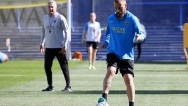 Gustavo Alfaro realizó una práctica de fútbol en donde paró el equipo pensando en San Lorenzo.