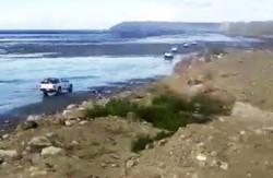Una imagen de los últimos días, con camionetas de petroleros circulando por la playa para esquivar los piquetes.