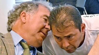 Secretos en reunión. El defensor del principal imputado en los casos por corrupción, junto con su cliente.