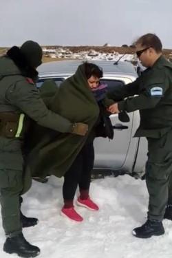 La mujer fue encontrada dentro de la camioneta, a la altura de Pampa de Lonco Luan, a 38 kilómetros de Villa Pehuenia, en perfecto estado de salud.