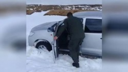 La camioneta gris en la que se trasladaban tuvo un desperfecto mecánico por la acumulación de nieve.
