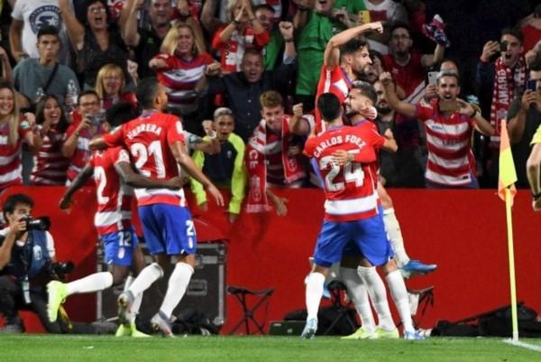 El recién ascendido Granada sorprendió 2-0 a Barcelona, que ya acumula 8 sin ganar fuera del Camp Nou.