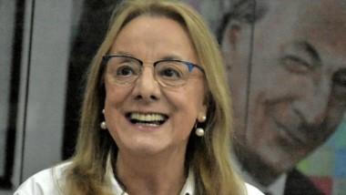 Sonrisa. Alicia Kirchner y detrás, una postal de su hermano Néstor.