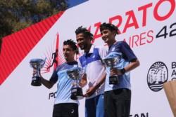El paraguayo Derlis Ayala junto a los chubutenses Arbe y Muñoz, en el podio sudamericano del Maratón de Buenos Aires.