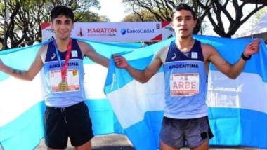 """Orgullo chubutense. Eulalio """"Coco"""" Muñoz y Joaquín Arbe con la bandera argentina tras correr los 42 kilómetros del Maratón de Buenos Aires."""