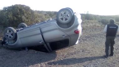 El Volkswagen Fox quedó tumbado pero sus ocupantes salieron ilesos.