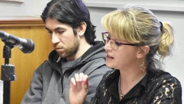 Romina Rowlands junto a su defendido, Carlos Archie Phillips. Atacó la imposición de la prisión perpetua.