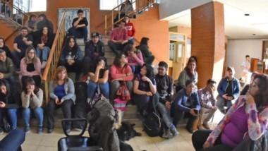 Asamblea. En las escalinatas, los auxiliares de la educación analizaron cómo seguir con su protesta.
