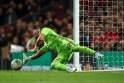 Chiquito Romero, uno que sabe de atajar penales: el argentino evitó el papelón del Manchester United, que terminó pasando a los octavos de la Copa de la Liga.