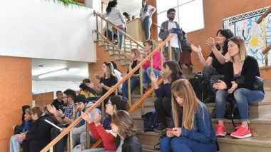 Otra asamblea en las escalinatas del Ministerio de la Educación en el marco de las medidas de fuerza.