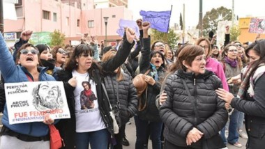 """La vigilia de la ONG """"Puerta Violeta"""" comenzará el domingo 29 a las 20 a la espera del fallo del femicidio de Evelyn Lher en los tribunales locales."""