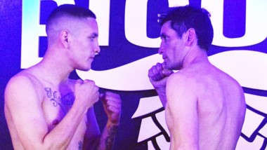 El trelewense Matías Montesino (59.900 kg) cara a cara con su rival Walter Cerdá (58 kg) de Río Negro.