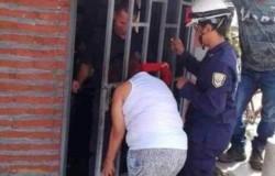 La vecina chismosa pasó 5 horas en esa posición hasta ser rescatada.
