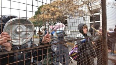 Rejas. Una postal de la ruidosa manifestación en Fontana 50, en simultáneo a la reunión del gobernador con los diputados de la oposición.