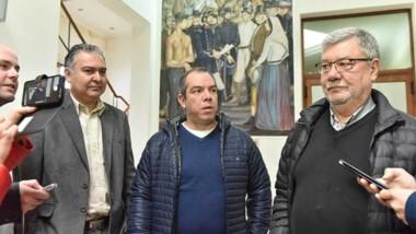 Trío. Desde la izquierda, Pagliaroni, Grazzini y Meza Evans dieron sus versiones del encuentro a la salida del diálogo con el gobernador y con algunos intendentes en Fontana 50.