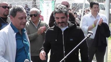 Ariel Ortega y el intendente Raúl Ibarra inauguraron ayer el césped sintético del estadio de Lago Puelo.