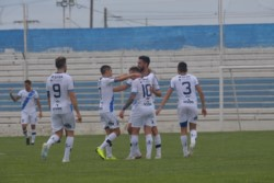 Los abrazos para Moreno por la conquista del gol que abrió el camino al triunfo.