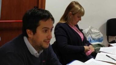 El funcionario Ezequiel Castro y la fiscal del caso, Andrea Vázquez.