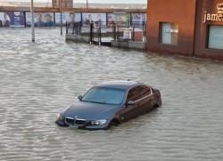 El agua pasó la avenida costanera e inundó varias cuadras (foto @ElComodorense)