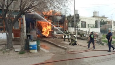 Las características de los materiales hizo que el fuego se propagara con rapidez por todo el predio local.